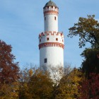 Weiße Turm in der Herbstsonne